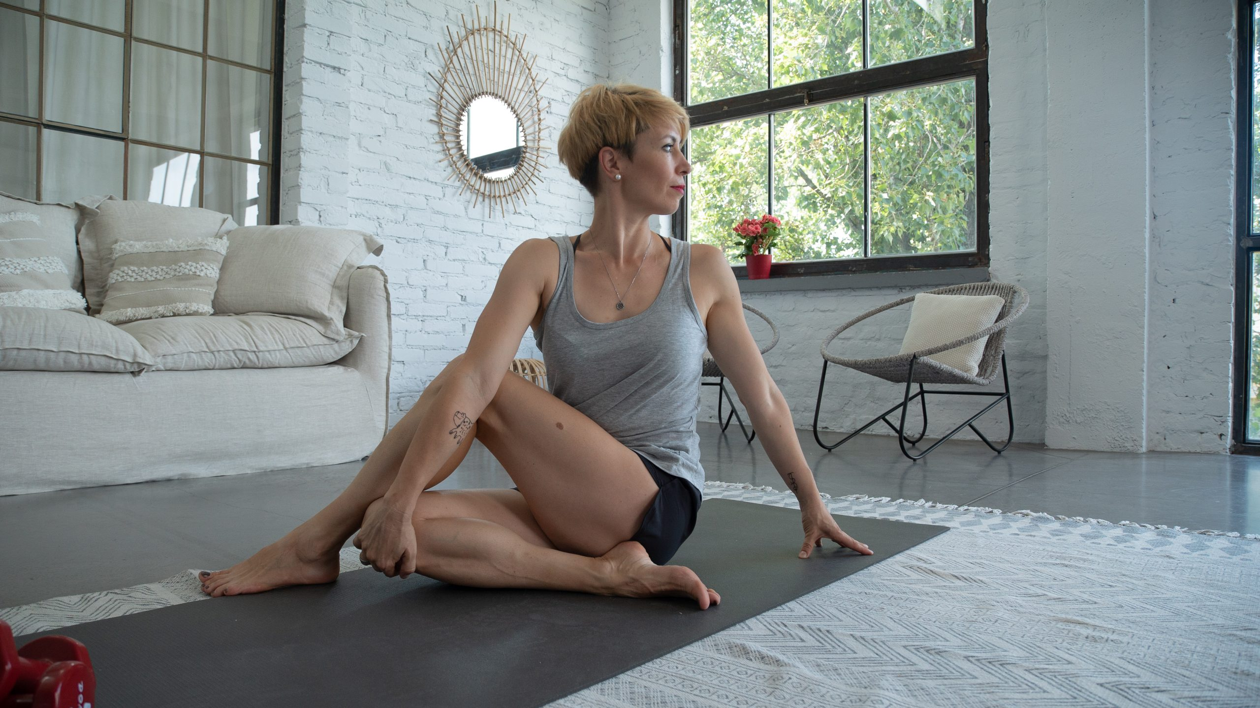 Nő jógaszőgenyen gerincgyakorlatot végez